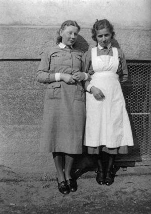 """Kokkolan sotavankisairaalan työntekijöitä. """"Lotta Sisko Lyly."""" (1941)"""