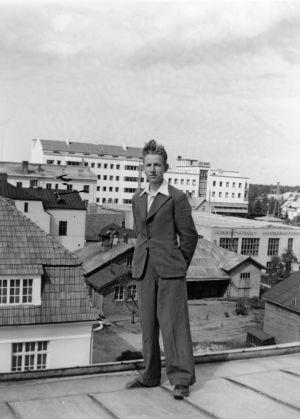 Leo Berkovits poseeraa talon katolla (1941).
