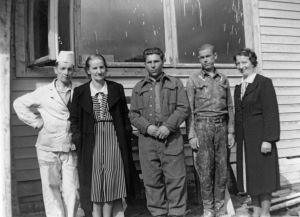 Venäläläisiä sotavankeja kokkolalaisella rakennustyömaalla talon väen kanssa. (1941).