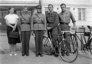 """""""Tohtori Nina von Hellens, sotilasvirkailija Leo Michailow, sotilaspappi Michailow sekä kaksi sotavankilääkäriä.""""  (1941)"""