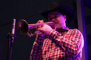 Verneri Pohjola soittaa trumpettia