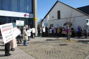 En liten demonstration i centrum av Kärdla mot en planerad vindkraftspark utanför Dagö.