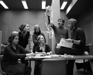 Näyttelijät Sirkka Lehto (roolinimi Leena Rintamäki), Marjukka Halttunen (roolinimi Sirkka-Liisa Halonen), tunnistamaton nainen, näyttelijät Eila Roine (roolinimi Helmi Honkonen), Veijo Pasanen (roolinimi Antti Rintamäki) ja ohjaaja Pertti Nättilä työssä.