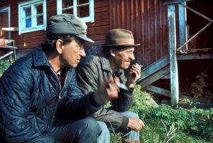 Rintamäkeläiset-sarjan näyttelijöitä: Ahti Haljala (roolinimi Veikko Honkonen) ja Veijo Pasanen (roolinimi Antti Rintamäki).