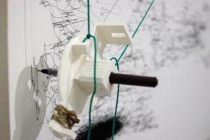 Piirustusrobotti piirtää paperille.