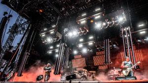 Till Lindeman, sångaren i Rammstein på scenen på Rock Fest mot röd belysning.
