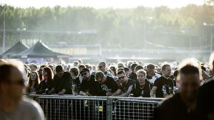 Publik från Rock Fest i motljus