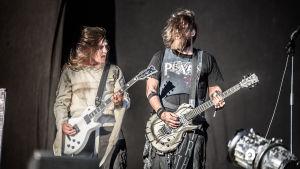 Peter Tägtgren och Greger Andersson i Pain spelar gitarr