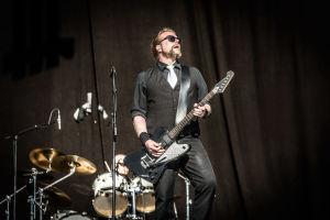Kalle Virtanen i bandet Viikate spelar gitarr