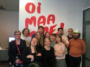 Joukko Kuopion taidemuseon Oi maamme! -näyttelyyn osallistuneista taiteilijoista.