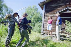 Valaisija Kari Manninen, kameraoperaattori Ari Hellman kuvaavat kohtausta (Vain muutaman huijarin tähden)