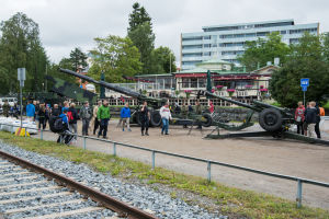 Försvarsmaktens artilleripjäser utställda i Vasa.