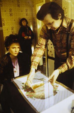 Mari Rantasila ja Pirkka-Pekka Petelius televisiosarja Pakanamaan kartan kuvauksissa Redcarissa, Pohjois-Yorkhiressa Isossa-Britanniassa vuonna 1990.