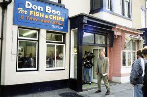 Ohjaaja Neil Hardwick televisiosarja Pakanamaan kartan kuvauksissa Redcarissa, Pohjois-Yorkhiressa Isossa-Britanniassa vuonna 1990.