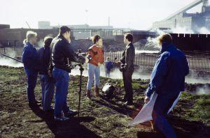 Mari Rantasila ja Erkki Saarela sekä kuvausryhmä työssä televisiosarja Pakanamaan kartan kuvauksissa Redcarissa, Pohjois-Yorkhiressa Isossa-Britanniassa vuonna 1990.