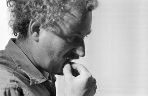 Käsikirjoittaja, ohjaaja Neil Hardwick televisiosarja Pakanamaan kartan kuvauksissa.