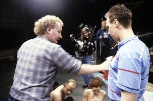 Ohjaaja, käsikirjoittaja Neil Hardwick ja näyttelijä Pekka Huotari sekä muita kuvausryhmän jäseniä televisiosarja Pakanamaan kartan kuvauksissa Suomessa vuonna 1990.