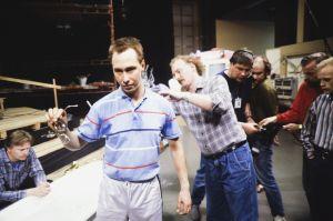 Näyttelijä Pekka Huotari ja ohjaaja, käsikirjoittaja Neil Hardwick sekä muita kuvausryhmän jäseniä televisiosarja Pakanamaan kartan kuvauksissa Suomessa vuonna 1990.