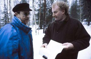 Kuvaussuunnittelija Kauno Peltola ja ohjaaja, käsikirjoittaja Neil Hardwick televisiosarja Pakanamaan kartan kuvauksissa Suomessa vuonna 1990.