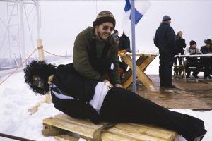 Tehostemestari Aulis Rinne työssä televisiosarja Pakanamaan kartan kuvauksissa Suomessa vuonna 1990.