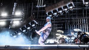 Till Lindeman, sångaren i Rammstein gör en obscen gest med mikrofonen