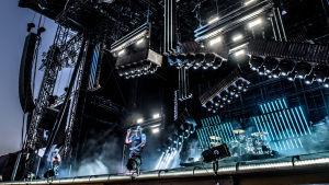 Till Lindeman, sångaren i Rammstein på scenen på Rock Fest mot blå belysning.