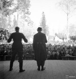 Yleisöä ja esiintyjiä Karhumäen tivolissa.
