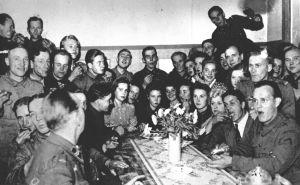 Karhumäen tivolin henkilökuntaa joulujuhlissa 1942.