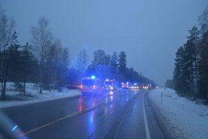 En mängd utryckningsfordon står på en väg tidigt på morgonen. Det är snö på vägen.
