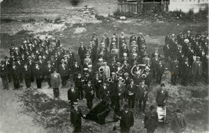 Punaisten juhla torvisoittokuntineen ja lippuineen vuosina 1917–1918.