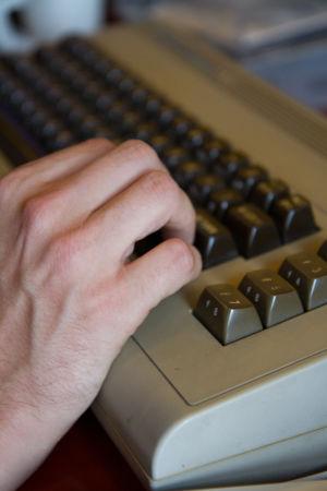 Sormet Commodore 64 -koneella.