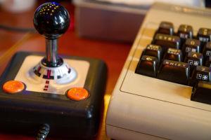 Commodore 64 ja joystick-ohjain.