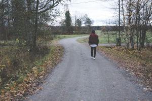 Dennis Stor vandrar längs en grusväg i Kronoby