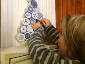Kierrätysmateriaaleista askarreltu Pikku Kakkosen kuusen muotoinen joulukalenteri