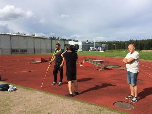 Tv-ohjelman kuvaaja kuvaa  keihäänheittäjä Antti Ruuskasta usrheilukentällä