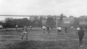 Ett fotbollslag spelar