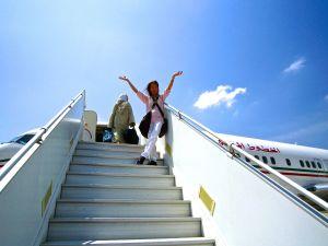 Riitta Nelimarkka lentokoneen laskuportailla Marokossa lähdössä Suomeen Meknèsin elokuvafestivaalien (2012) jälkeen.