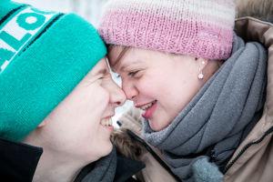 Katri ja Erno Blomqvist hymyilevät toisilleen nenät vastakkain.