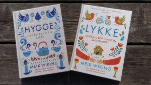 Två böcker av Meik Wiking om hygge och lycka.