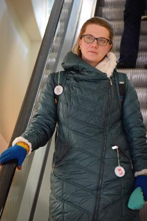 Maria Eliseeva åker nerför en rulltrappa.