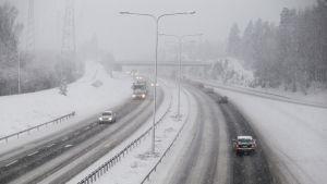 Autoja lumipyryssä Kehä 3.
