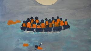 Målning som föreställer flyktingar i en båt och en person i havet .