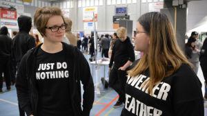 två unga flickor på mässa i lovisa idrotshall