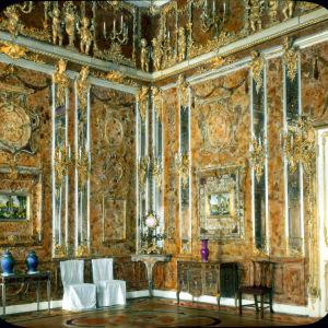 Käsin väritetty kuva vuodelta 1931. Katariinan palatsin Meripihkahuone.