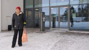 Liisa Svahn utanför Vårberga bibliotek i Borgå