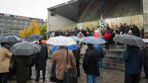 Körsångare samlade på torget i Vasa.