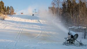 Snökanoner i slalombacke.