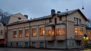 huvudbiblioteket i lovisa i kvällsbelysning