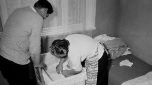 familj bäddar barnsäng