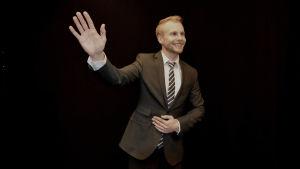 Politiker vinkar ofta med hela handen och ser glada ut.